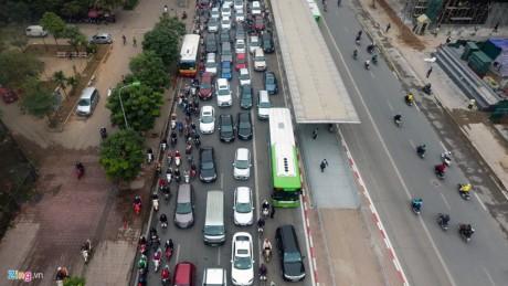"""BRT Việt Nam loay hoay """"chạy đua"""" với xe buýt của các nước"""