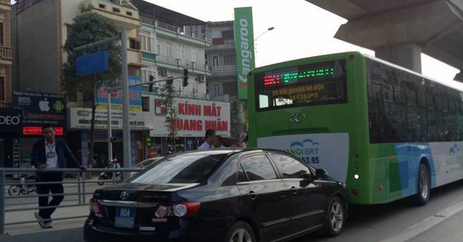 Lấn làn, xe biển xanh húc đuôi buýt nhanh BRT