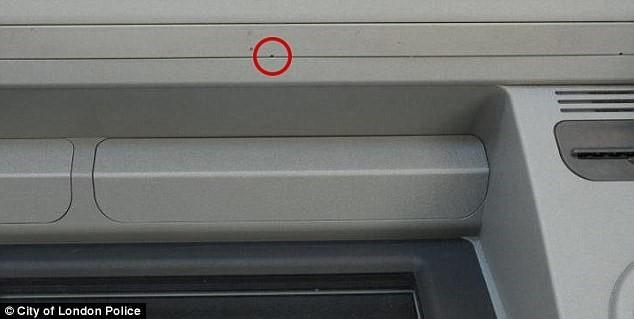 Phát hiện camera siêu nhỏ trộm mật khẩu ATM tại Anh