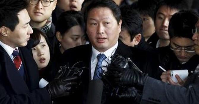 Bê bối chính trị tại Hàn Quốc: Chủ tịch Tập đoàn SK bị thẩm vấn