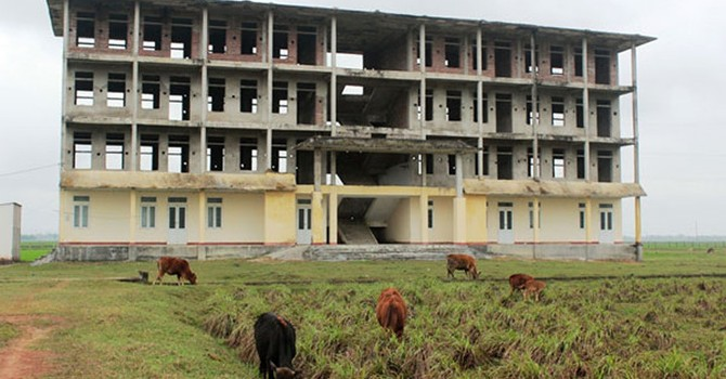 Trường tiền tỷ bỏ hoang, phơi mưa nắng