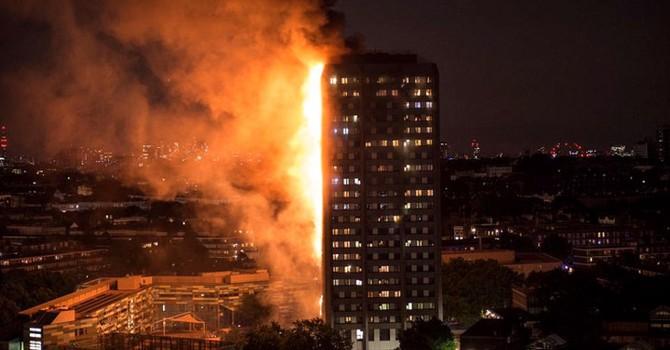 Tháp 27 tầng bốc cháy dữ dội ở London, nhiều người mắc kẹt