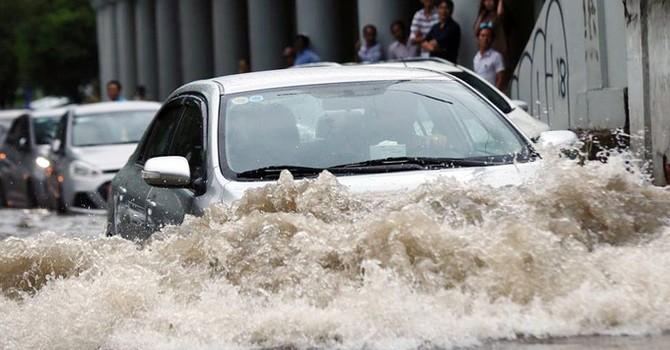 """Tài xế ôtô chôn chân ở """"rốn"""" ngập Sài Gòn"""