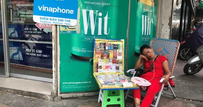 """""""Phố Tây"""" Sài Gòn vẫn bán SIM rác, không cần chụp ảnh người mua"""