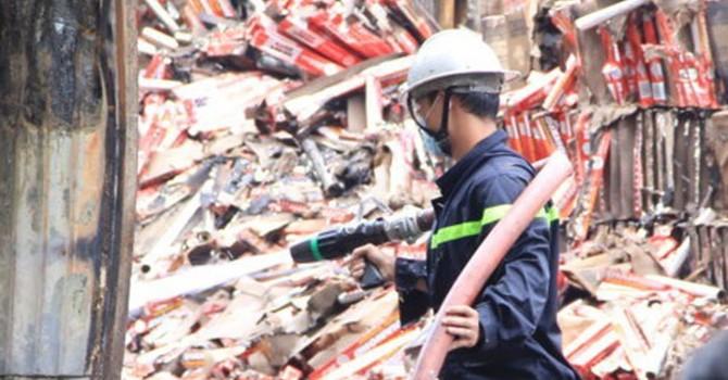 Vụ cháy lớn gần cảng Sài Gòn: Đã 3 ngày vẫn chưa tắt hết lửa