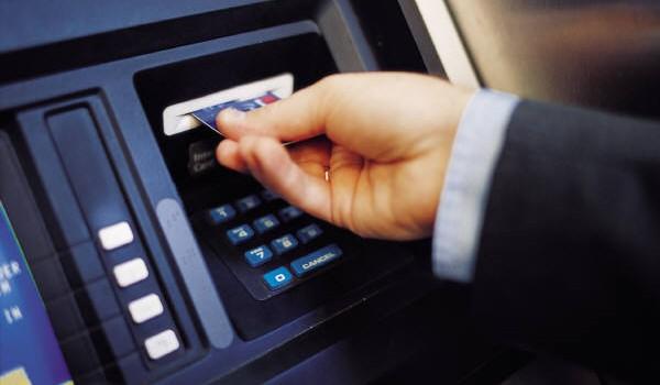 """Tài chính 24h: Ngân hàng kiếm """"khủng"""" từ phí thẻ"""
