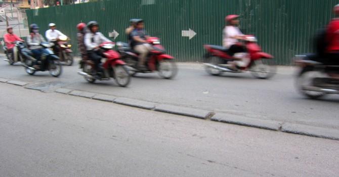"""Nguy hiểm chết người luôn """"rình rập"""" trên đường Nguyễn Trãi, Hà Nội"""