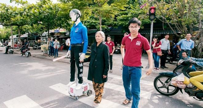 Robot biết nói dẫn người qua đường ở Đà Nẵng