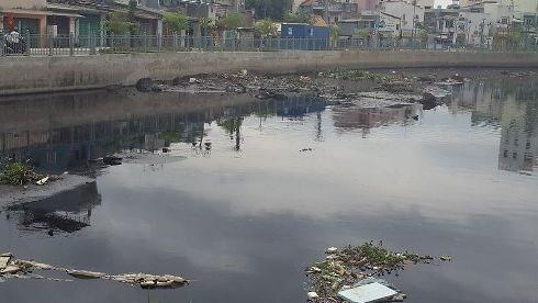 Ngay sau khánh thành cải tạo, kênh Tân Hóa-Lò Gốm đầy rác và bùn