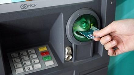 Mất tiền vì nhờ người lạ kiểm tra tài khoản ATM