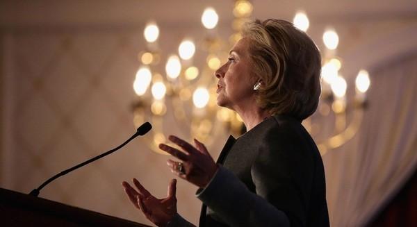 Warren Buffett rót 25.000 USD ủng hộ Hillary Clinton