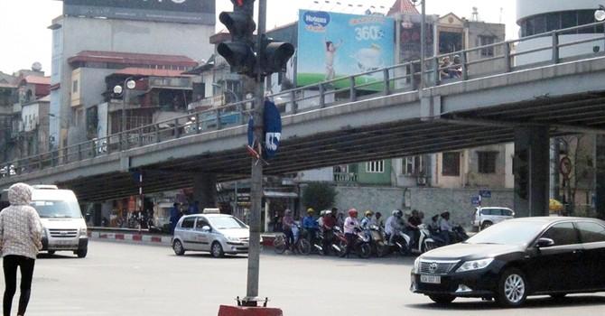 Dân Hà Nội dừng xe tránh nắng trong bóng râm, không ngán phạt