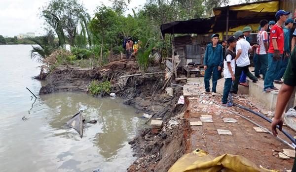 4 căn nhà bị sạt xuống sông lúc nửa đêm, hàng chục người bỏ chạy