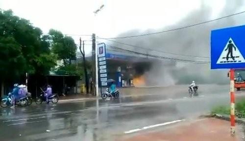 Cháy cây xăng, thiêu rụi xe máy