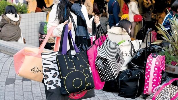 Túi xách secondhand nói gì về kinh tế Nhật