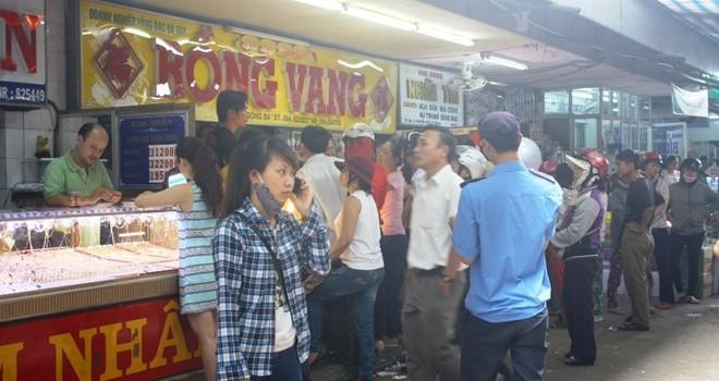 Hàng trăm người đổ xô đến chợ Đông Ba bán vàng