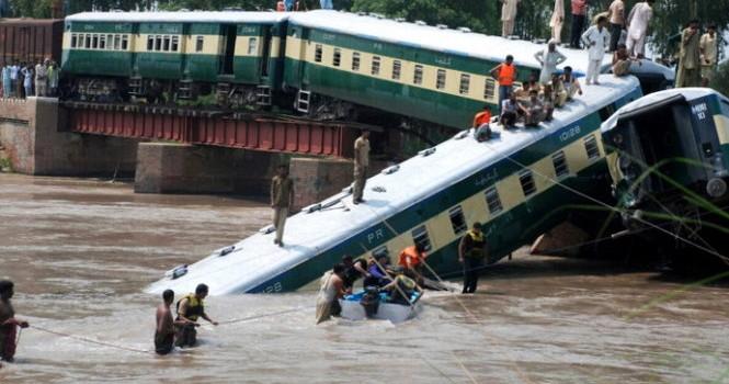 Pakistan: sập cầu, tàu hỏa rơi xuống kênh, 19 người chết