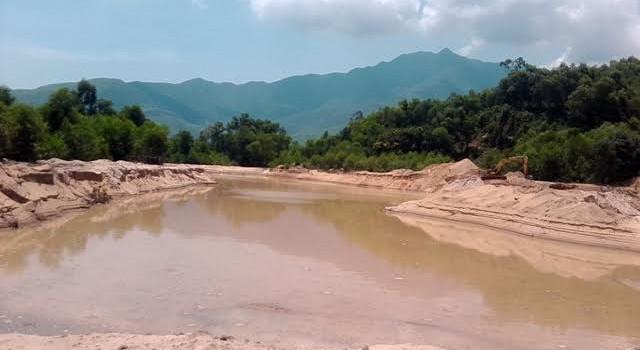 """Thừa Thiên - Huế: Doanh nghiệp khai thác cát, người dân """"kêu trời"""""""