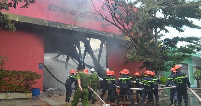 Đà Nẵng: Cháy cực lớn tại một kho sơn