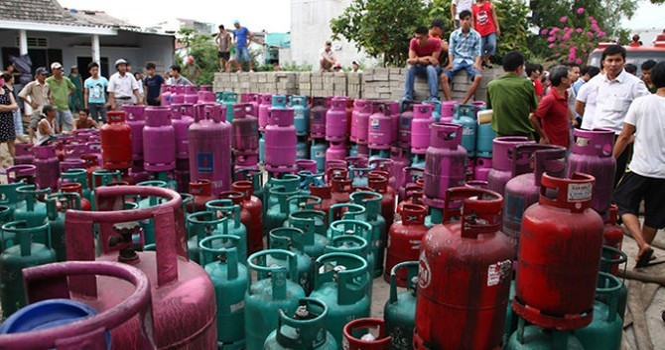 Nổ xưởng chiết xuất gas tại Huế, lửa cháy ngùn ngụt