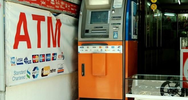 4 người nước ngoài gắn camera lên trụ ATM để trộm tiền
