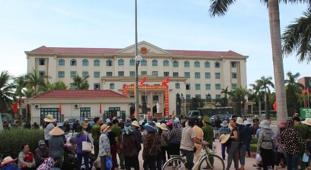Hàng trăm tiểu thương kéo về UBND tỉnh phản đối chợ mới