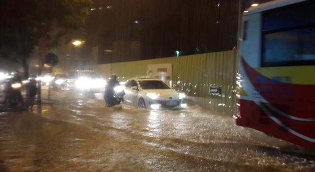 """Hà Nội: Nhiều tuyến đường biến thành """"sông"""" sau cơn mưa nặng hạt"""
