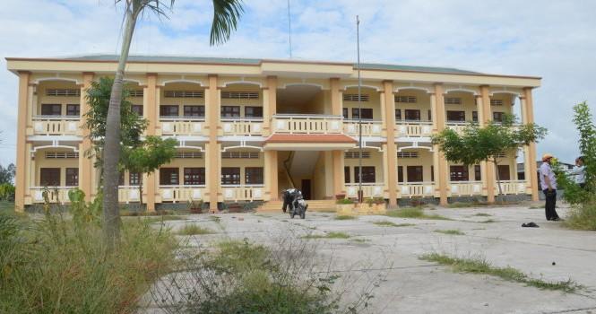Trường mới bỏ hoang, trường cũ sắp sạt lở
