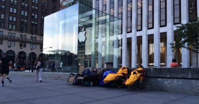"""Mắc lều ngủ trước Apple Store """"ngóng chờ"""" iPhone mới"""