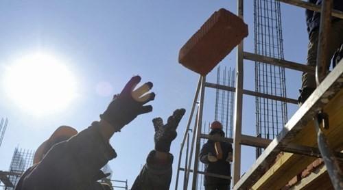 Nợ chồng chất, nhà máy Nga lấy gạch trả lương công nhân