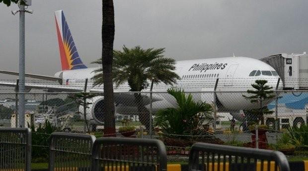 Máy bay chở 128 khách hạ cánh khẩn vì bốc khói
