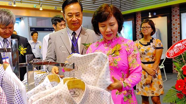 """Dệt may Việt Nam lo """"kiếm khách"""" ở thị trường nội địa"""