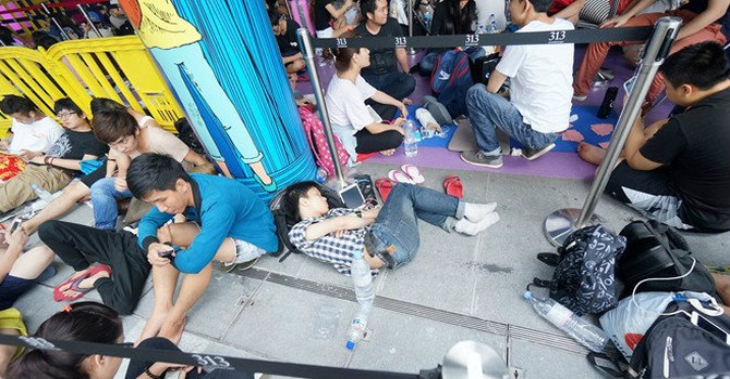 Người Việt xếp hàng 18 tiếng mua iPhone 6S để nhận 150 USD