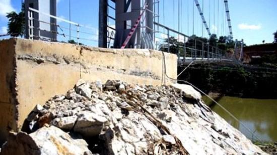 Cầu treo 6,2 tỷ đồng vừa xây dựng đã sạt lở