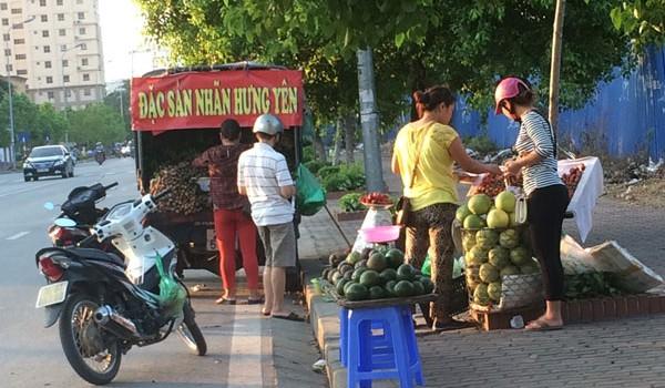 Trái cây đổ đống: Ngon, dở không bằng rẻ