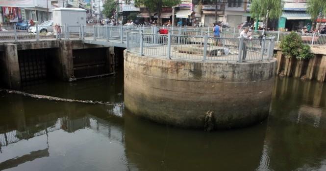 Sông Sài Gòn hứng nước thải thay kênh Nhiêu Lộc đến bao giờ?