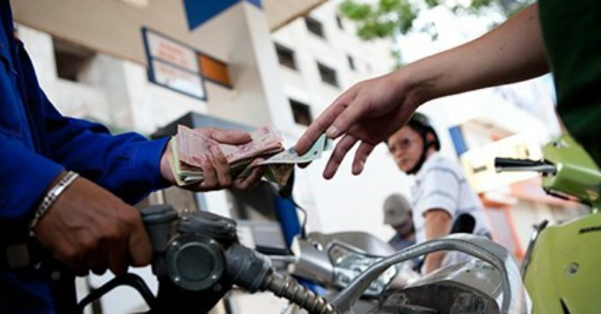 Giá xăng chính thức giảm 136 đồng/lít