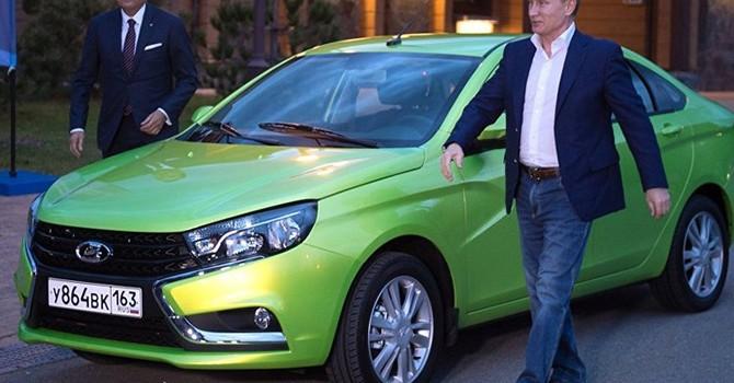 Soi ôtô Lada giá 156 triệu Tổng thống Nga vừa cầm lái