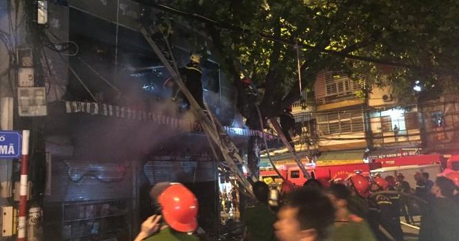 Hàng nghìn người vây quanh đám cháy trong phố cổ Hà Nội