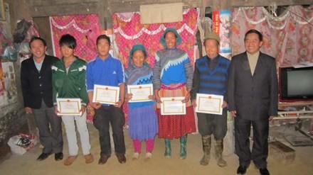 Thạc sĩ người Mông đưa cây tiền tỷ về bản