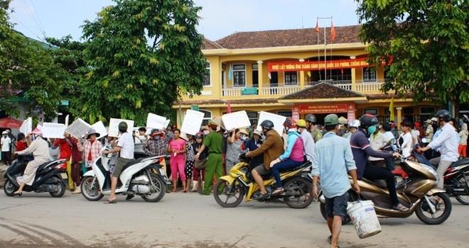 Hàng trăm tiểu thương vây trụ sở phường phản đối di dời chợ