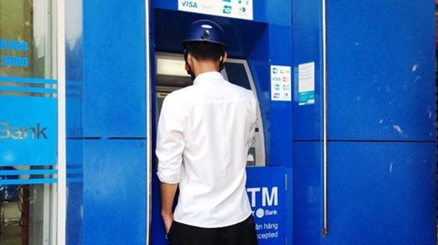 """Làm sao để không bị cảnh """"tự dưng mất tiền trong ATM""""?"""