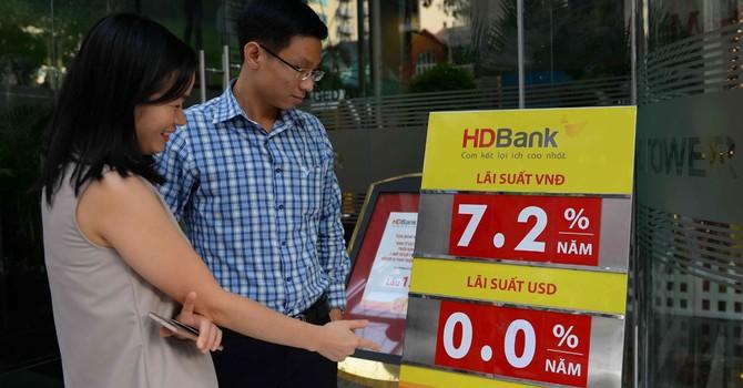 Giữ tiền Việt lợi hơn