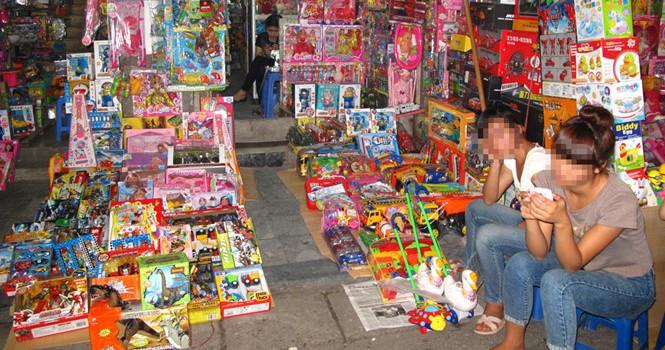 """Chất độc """"núp"""" trong đồ chơi: Phạt thật nặng để không ai dám bán"""
