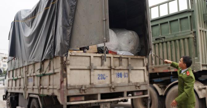 Kẹo, hạt bí Trung Quốc chờ đóng gói thành hàng Việt