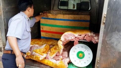 """""""Kỹ nghệ"""" xịt sơn để làm giả thịt lợn rừng lai từ thịt lợn thối"""