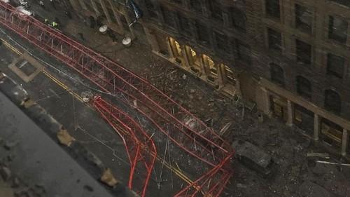Cần cẩu sập gây chết người giữa đường phố New York