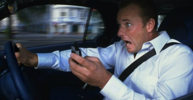Lái xe khi sử dụng điện thoại, nguy hiểm khó lường?