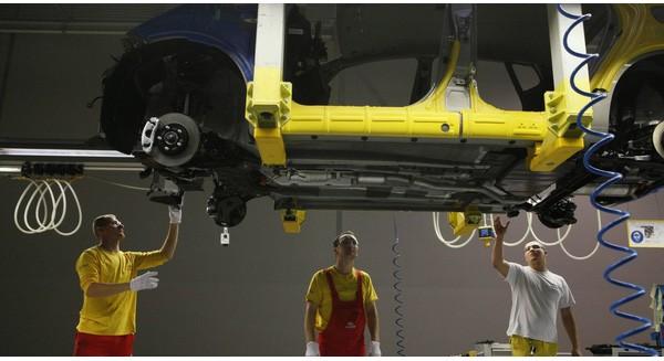 Robot đang bị thay thế bởi người lao động tại Mercedes Benz