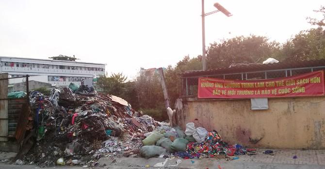 """Cả phường """"bất lực"""" vì một bãi rác tự phát"""